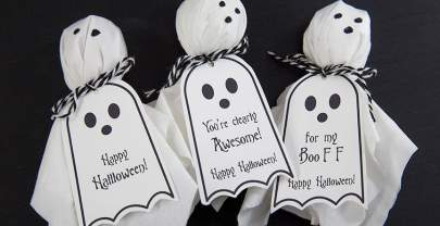 Ghost Lollipops DIY w. Free Halloween Printable Tags.