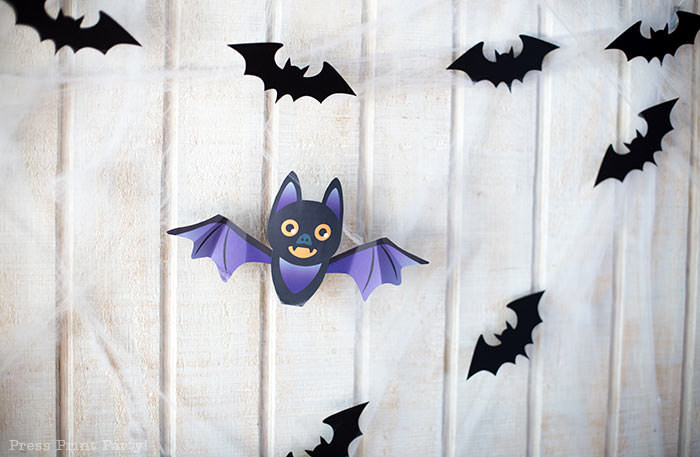Free printable Halloween craft for kids - printable bat on a black pumpkin - Press Print Party! DIY Halloween decoration ideas. Bat Garland with hanign bats