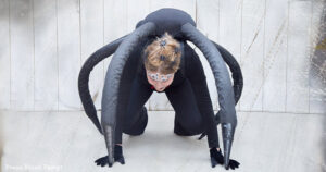 Spectacular Black Widow costume DIY - Girl looking like a spider on the ground.How to make a spider costume at home - Press Print Party